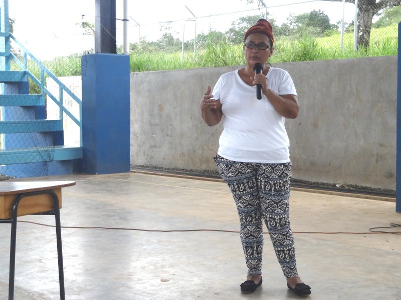 Elides Rivera, de la Asociación de Mujeres Mano de Tigre, compartió con el personal y estudiantes de la UCR los logros de la agrupación en el rescate de la cultura Bröran.