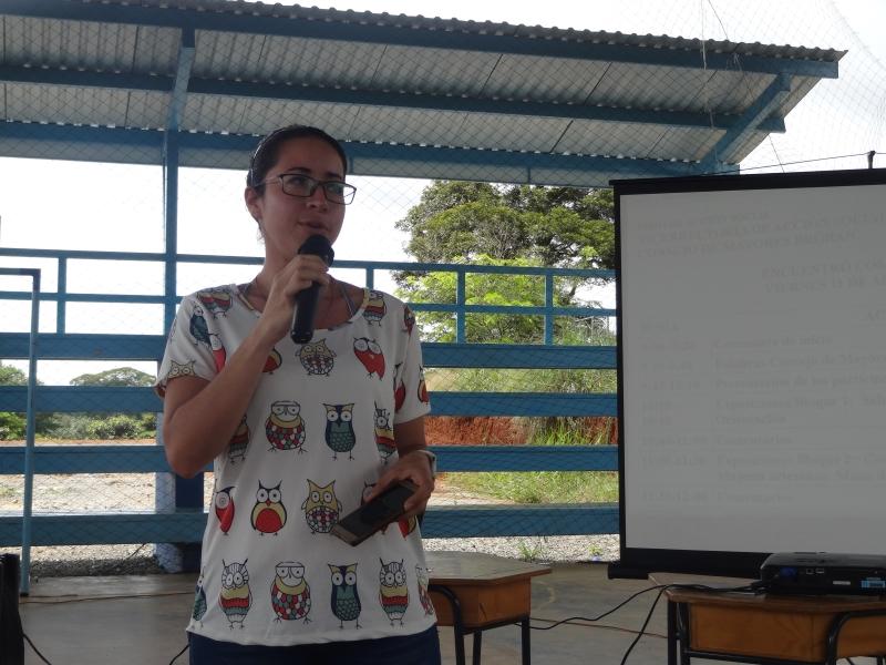 Mariana Peralta, de la carrera de Ciencias del Movimiento Humano, fue una de las estudiante que expuso sobre el TC-537 Movimiento Humano y Recreación a los habitantes de Brörán.