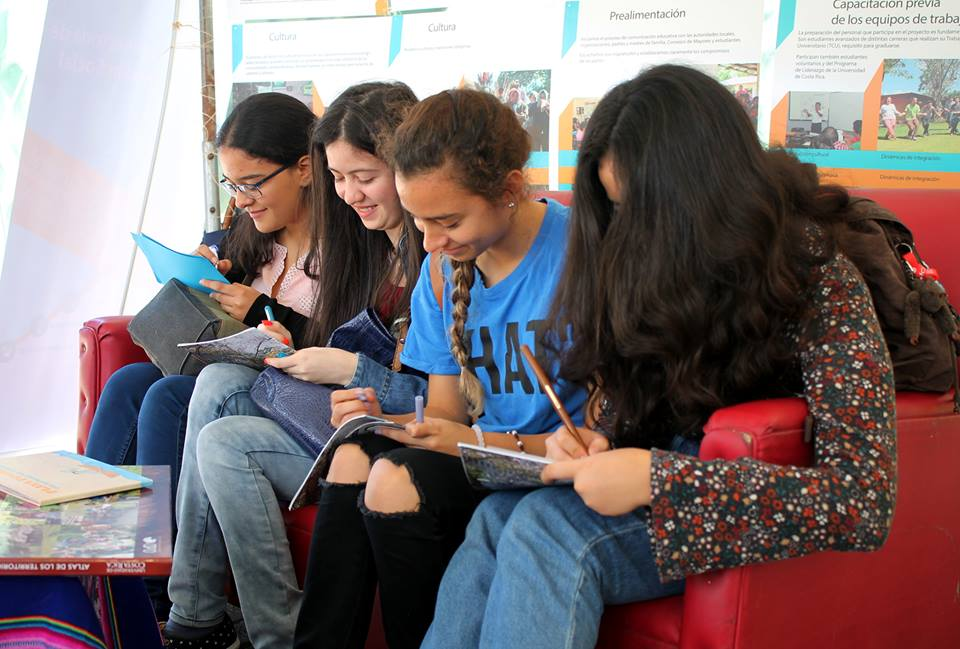 La sala también sirvió como espacio para que las y los estudiantes se pusieran cómodos mientras participaban de las actividades.
