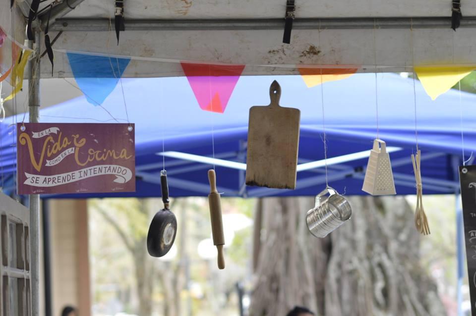 Utensilios de cocina formaron parte de la decoración del toldo de Acción Social.