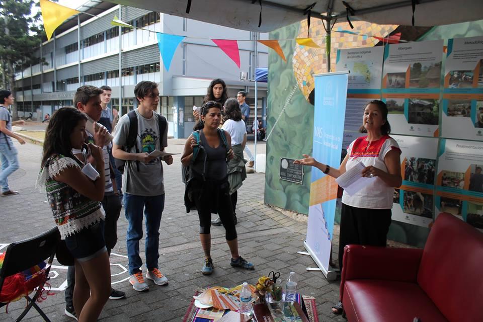 Funcionarios y funcionarias de la Vicerrectoría de Acción Social brindaron el recorrido por la casa sin paredes.