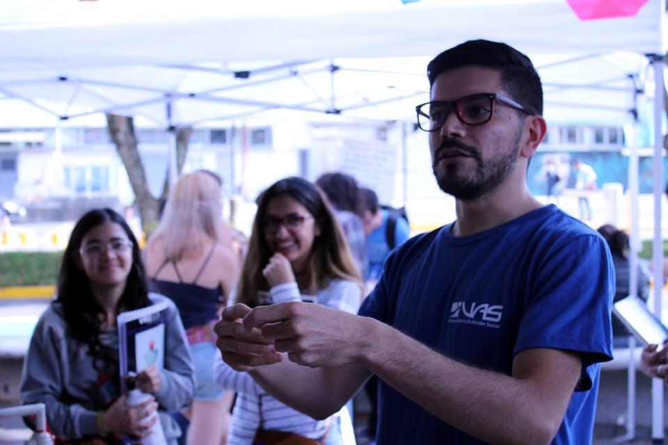 Alejandro Morales conversó con las y los estudiantes sobre las opciones de Educación Continua y Permanente.