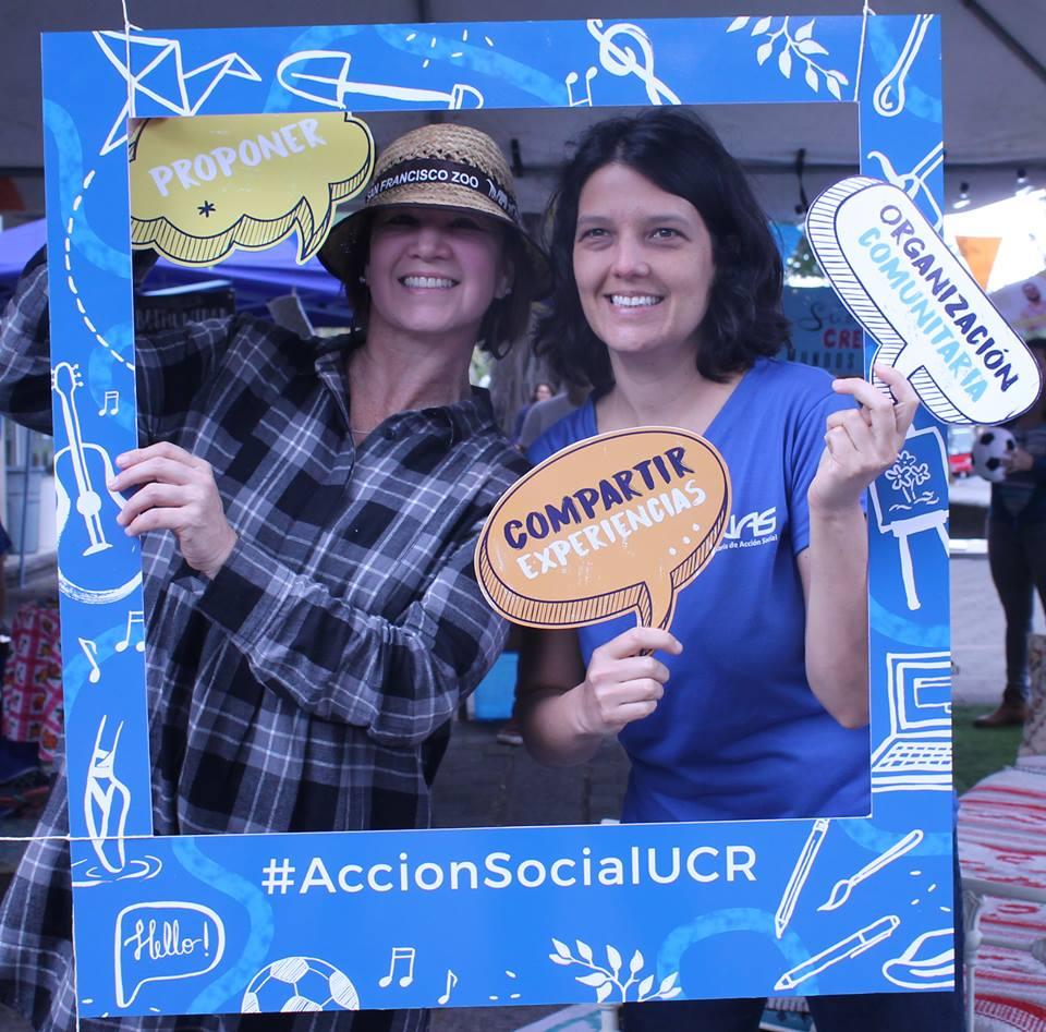 Los personas que asistieron al toldo, se tomaron fotos con conceptos relacionados con la Acción Social.