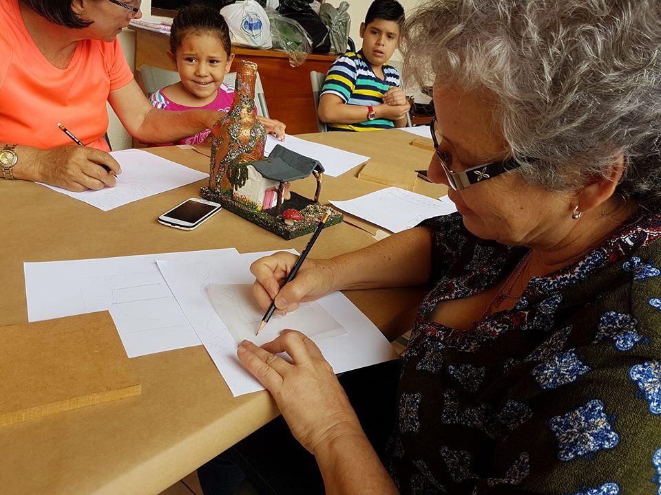 Mujeres de la comunidad de San Ramón hacen uso de la poesía, la música y el dibujo. Tomada por Mariam Vargas Rodriguez.