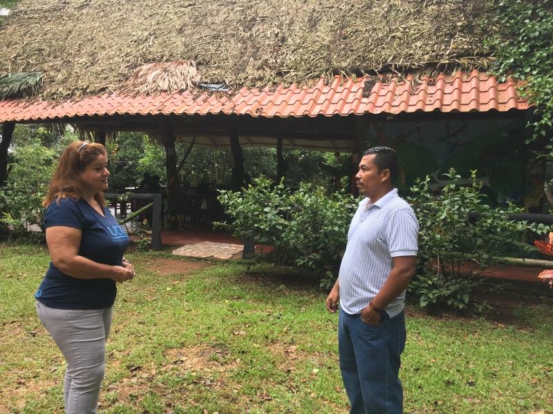 Patricia Rojas Hernández, Coordinadora de Acción Social del Recinto de Golfito, y Jeffrey Villanueva Villanueva conversaron sobre las acciones de recuperación cultural impulsadas en el territorio Bröran.