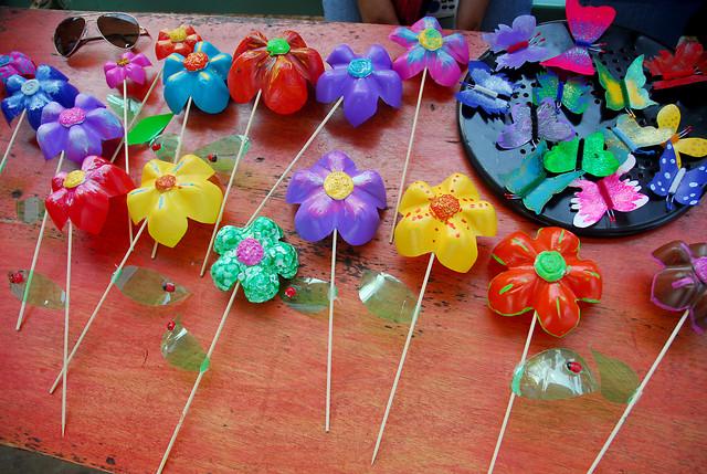 Flores hechas con material reciclado