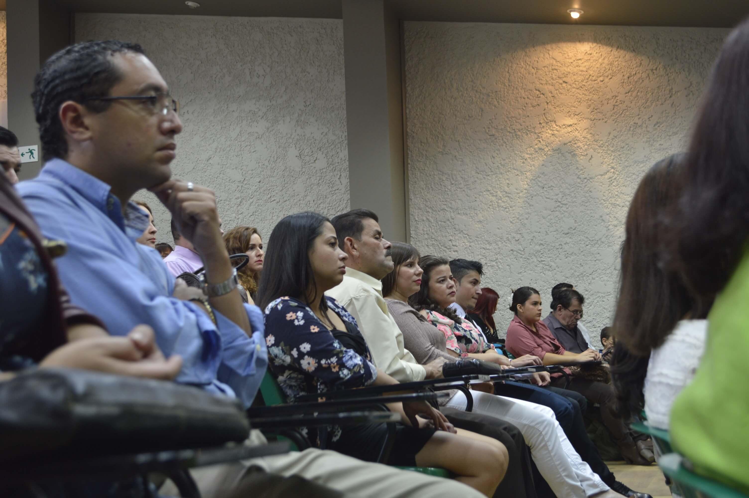 Público de la graduación escuchando el hermoso calipso de TAFOREM. Foto Jafeth Mora