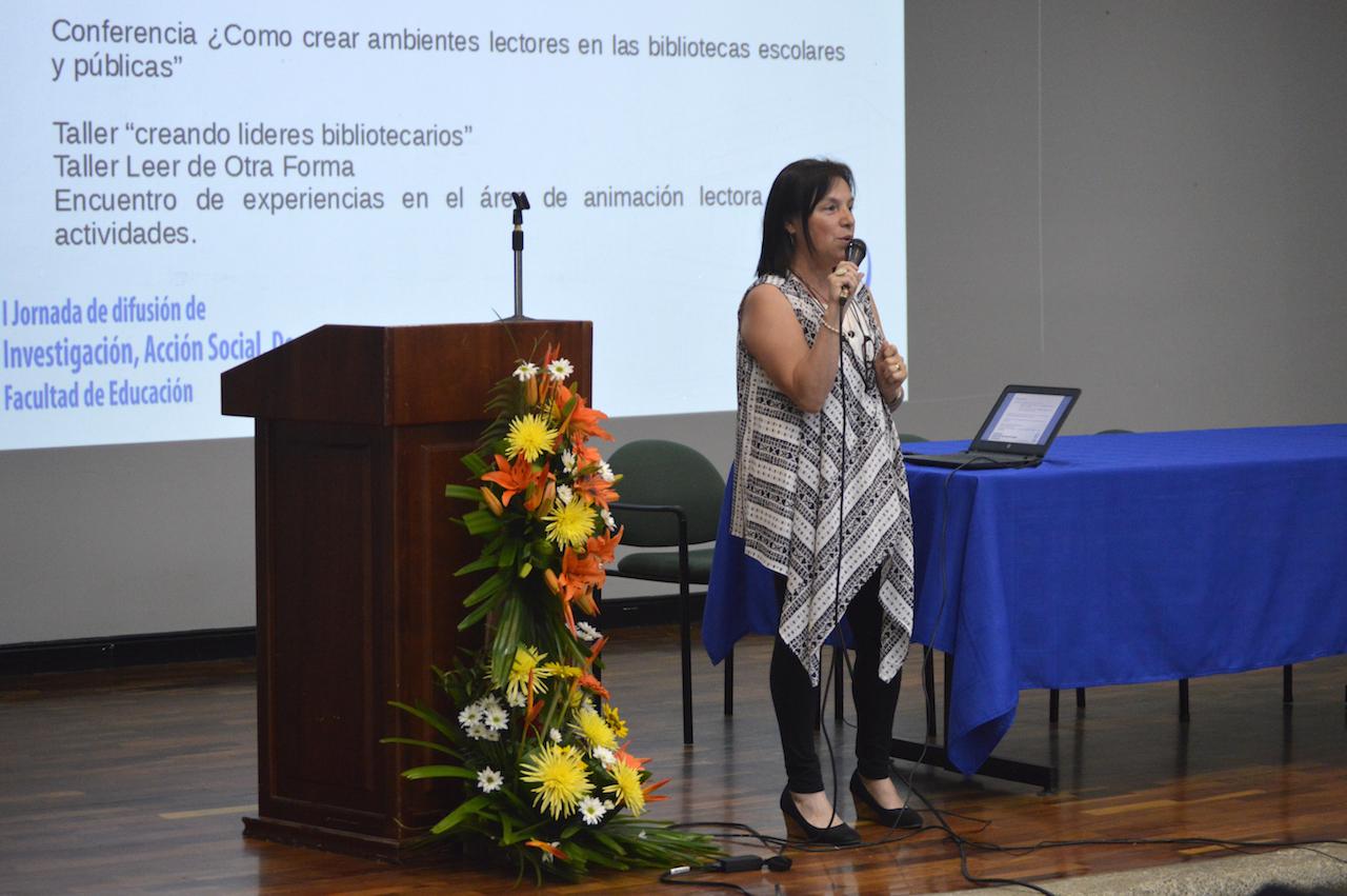 Dra. Magda Cecilia Sandí Sandí en la presentación del proyecto ED-320: La bibliotecología ante la sociedad de la información. Fotografía: Laura Camila Suárez