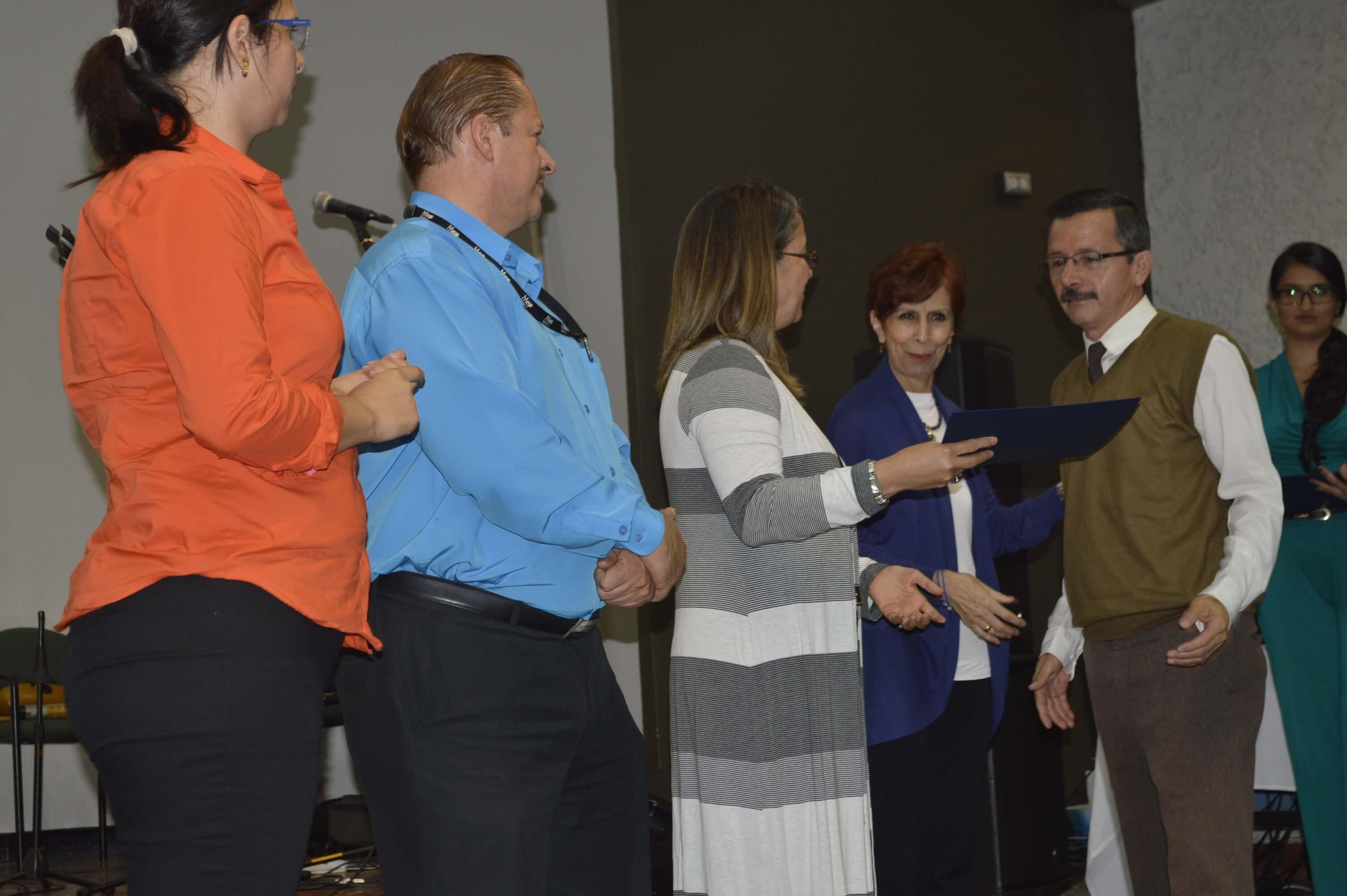 Estudiantes reciben título de representantes del Ministerio de Educación Pública, de la Vicerrectoría de Acción Social, de la Escuela de Trabajo Social y del Programa de Educación Abierta. Foto: Jafeth Mora.