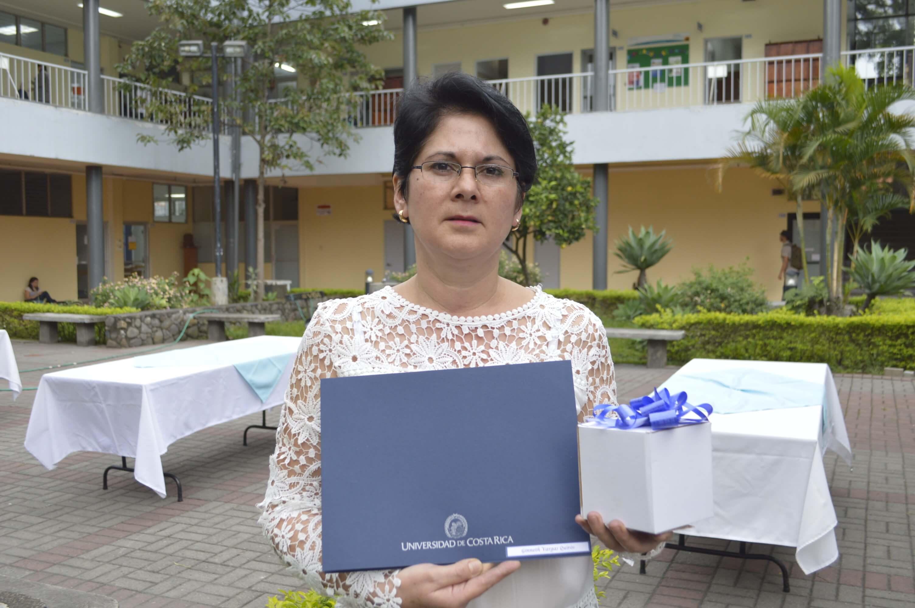 Ginés Vargas Quirós, de 51 años es una de las estudiantes graduadas del PEA. Ella rescató la gran labor del PEA y expresó es cumplió su anhelo más esperado: lograr el título de bachillerato. Foto: Jafeth Mora.