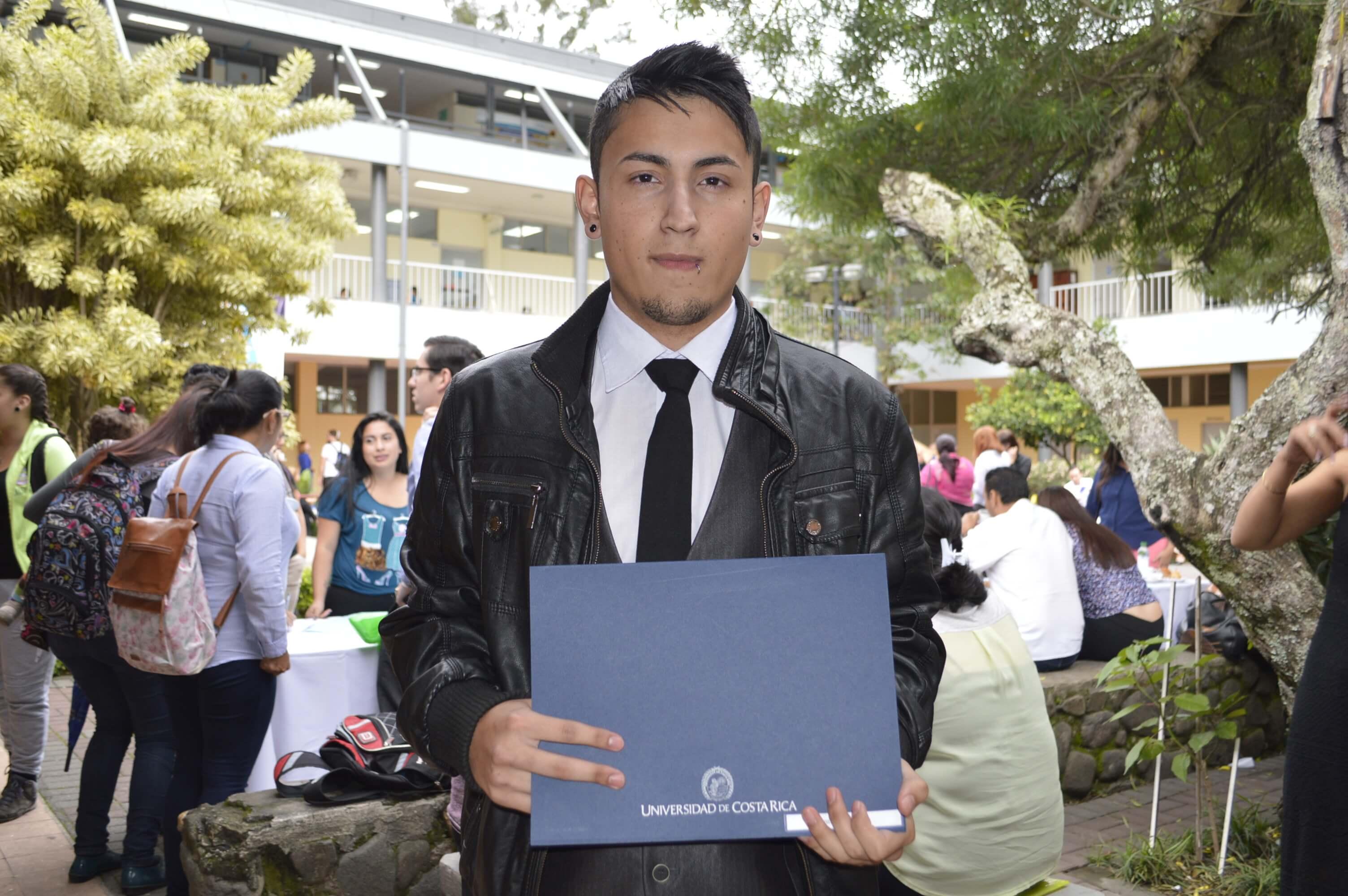 Jeremy Ramos Páez de 22 años es uno de los estudiantes más jóvenes en graduarse del PEA. Ramos es jugador del equipo de fútbol de la Universidad de Costa Rica y encontró en el PEA una excelente opción para culminar los estudios que había dejado de lado al dedicarse al fútbol profesional. Foto: Jafeth Mora.