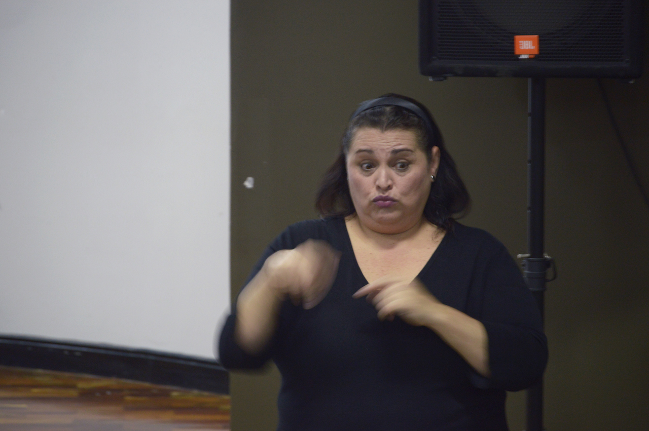Interprete de lenguaje Lesco en la presentación del proyecto TC-639: Potenciando habilidades lingüísticas y lógico matemáticas en la población sorda. Fotografía: Laura Camila Suárez