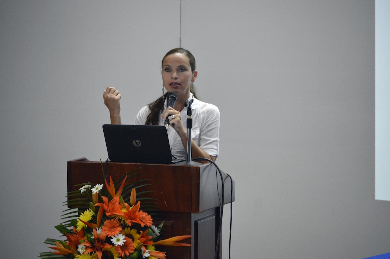 M.Sc. Yanúa Ovares Fernández presentó el proyecto TC-639: Potenciando habilidades lingüísticas y lógico matemáticas en la población sorda. Fotografía: Laura Camila Suárez