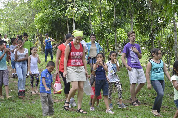 La Msc. Adriana Ospina Vélez, de camino al río con los niños y niñas de las comunidades. Ellos y ellas son las que dirigen.