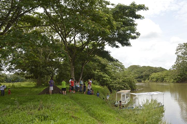 En el río, los niños y niñas comenzaron a identificar las diversas especies de aves que conocen, acá cada uno mencionó su pájaro favorito y los hábitos alimenticios que lo caracterizan.