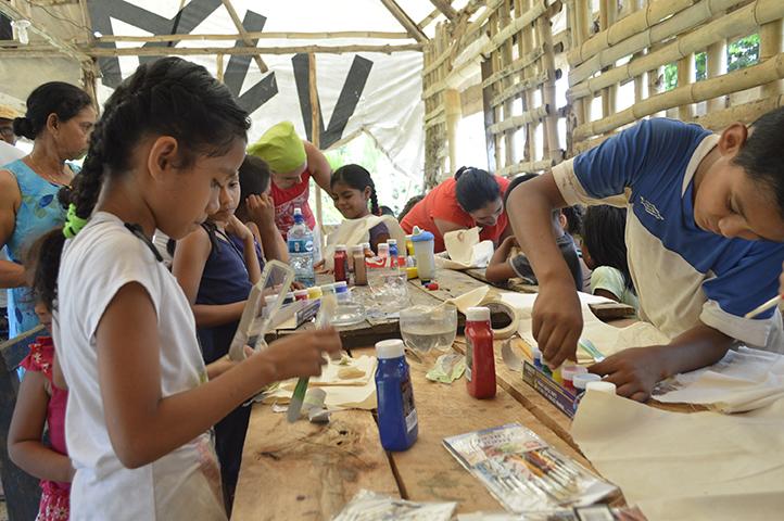 En el Rancho Comunitario, se comenzaron a construir los disfraces de pájaros, algunos escogieron el tucán, otros el quetzál, o bien el jabirú. Pinturas y pinceles, sonrisas y naturaleza.