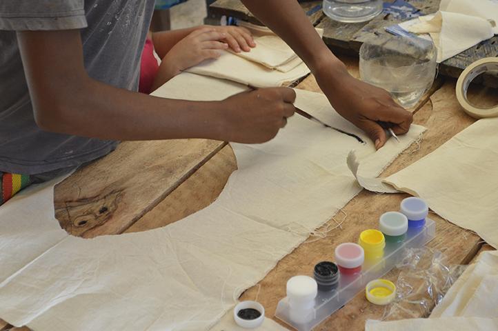 Los grandes pintores de las comunidades son los niños y las niñas.