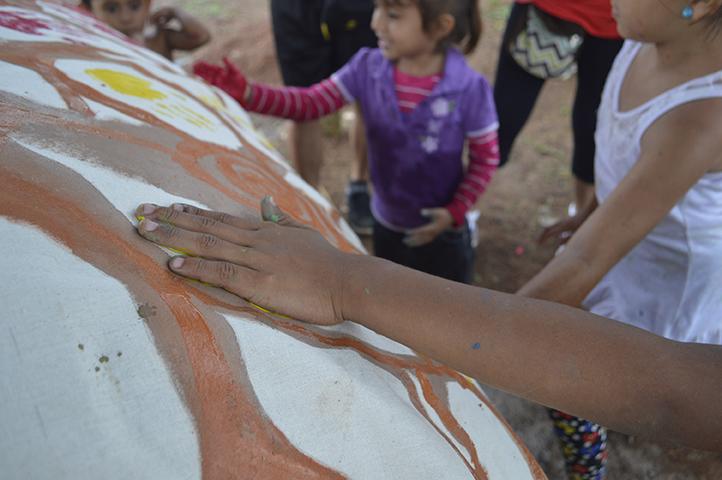 Todos los niños y niñas dibujaron su mano en el árbol comunitario simbolizando los frutos de la comunidad.