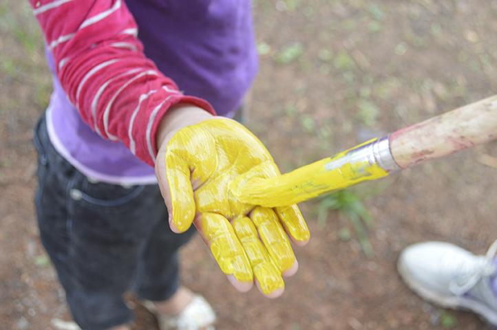 Las manos de los más pequeños se llenaron de pintura, para firmar con broche de oro el final del día en el Rancho Comunitario.