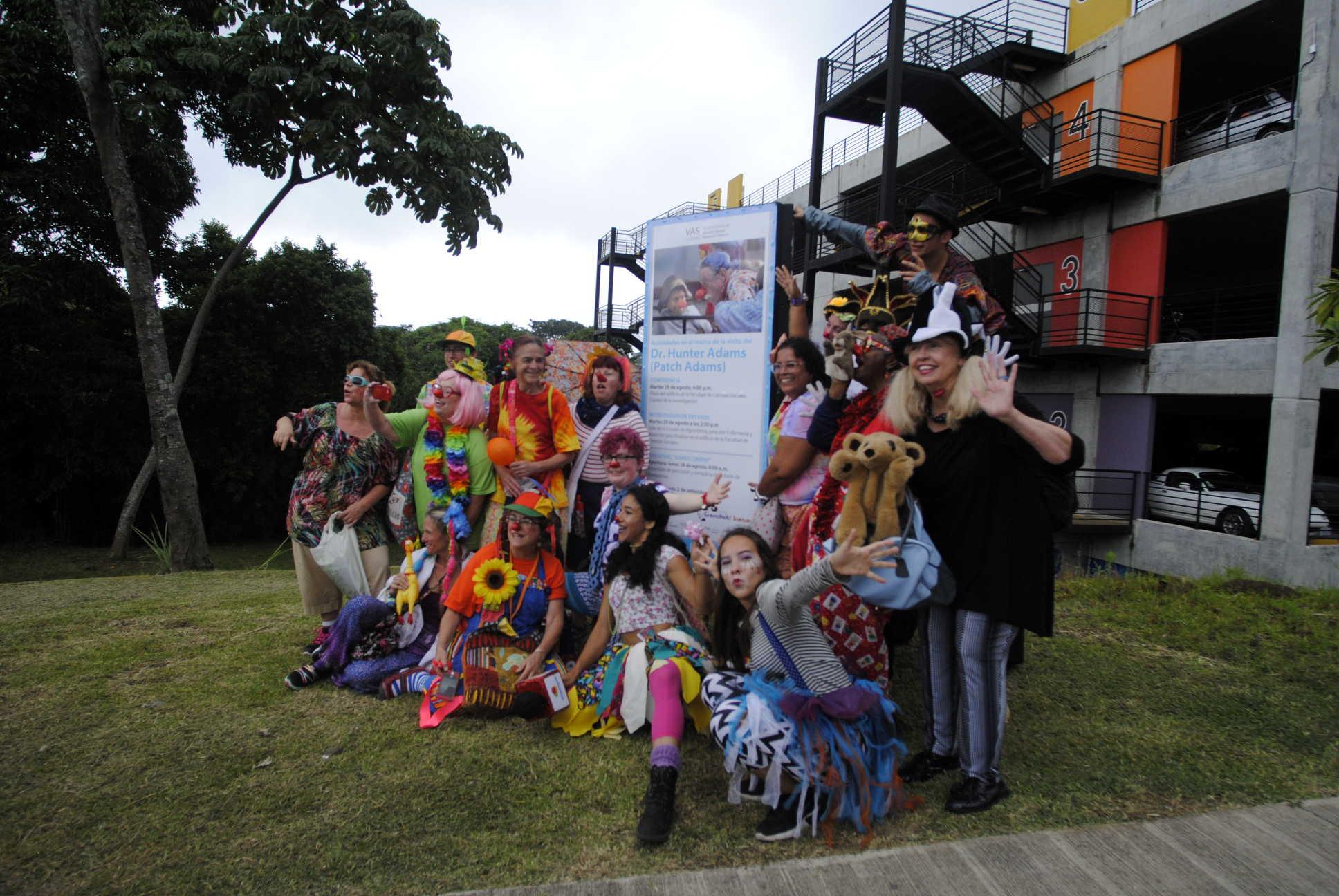 Pasacalles en el marco de la visita del Dr. Hunter Patch Adams, con miembros del Instituto Gesundheit, hospisonrisas y estudiantes de Artes Dramáticas.