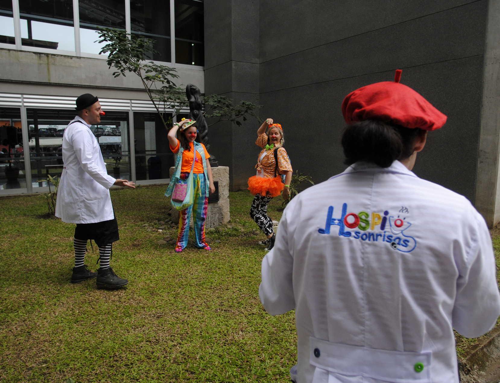 Pasacalles bajo el marco de la visita del Dr Hunter Patch Adams, con miembros del Instituto Gesundheit, hospisonrisas y estudiantes de Artes Dramáticas