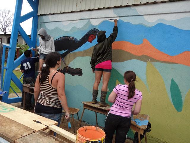 Creación de murales en la infraestructura pública de la comunidad.