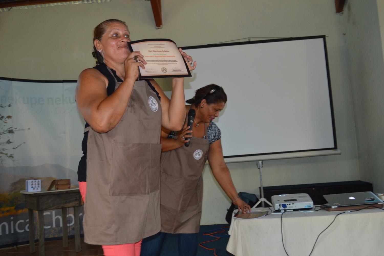 Entrega de certificados a vecinos y vecinas de la comunidad