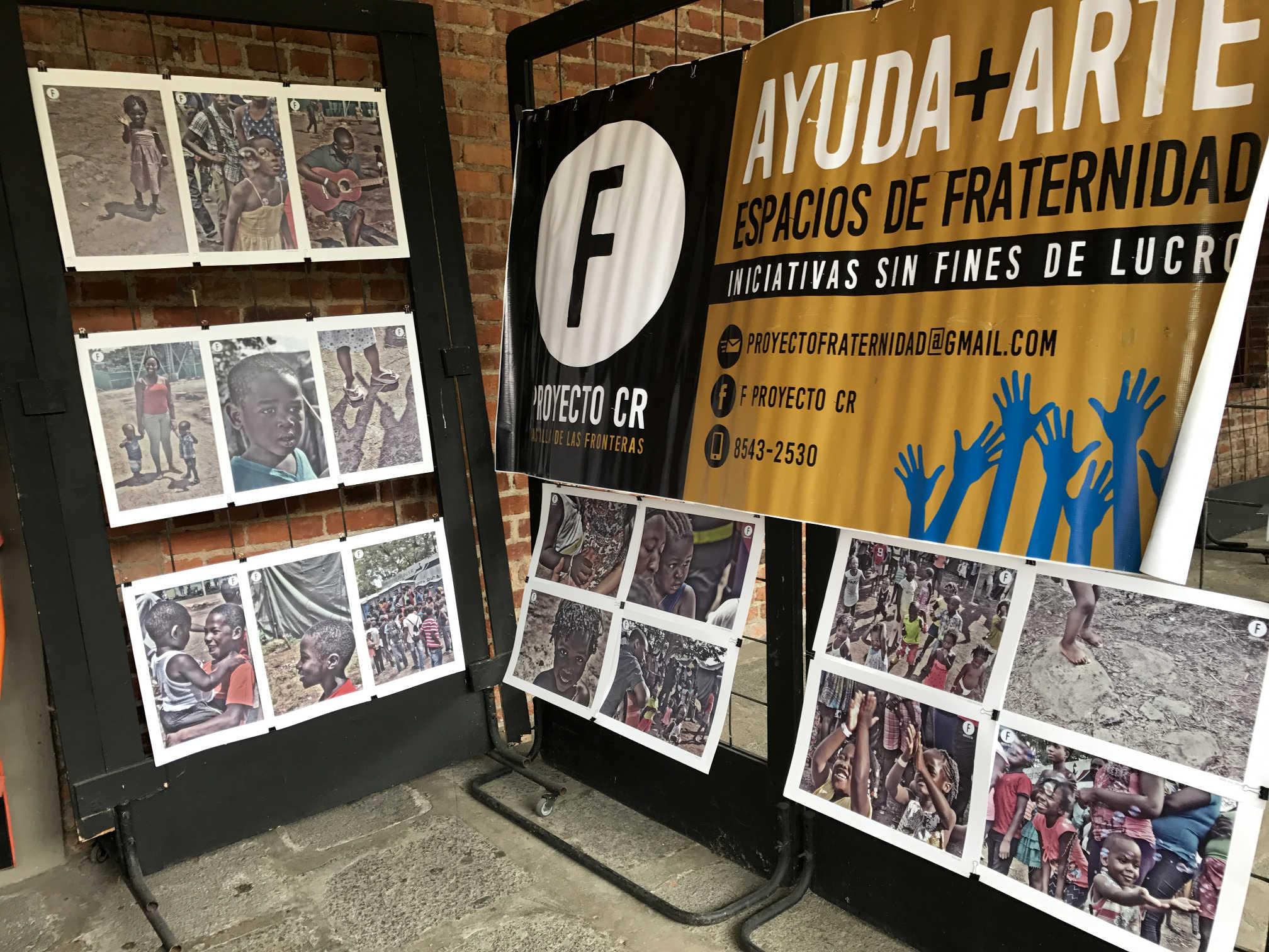 Exposición de fotografías en el módulo de arte en el Festival IntegrArte.