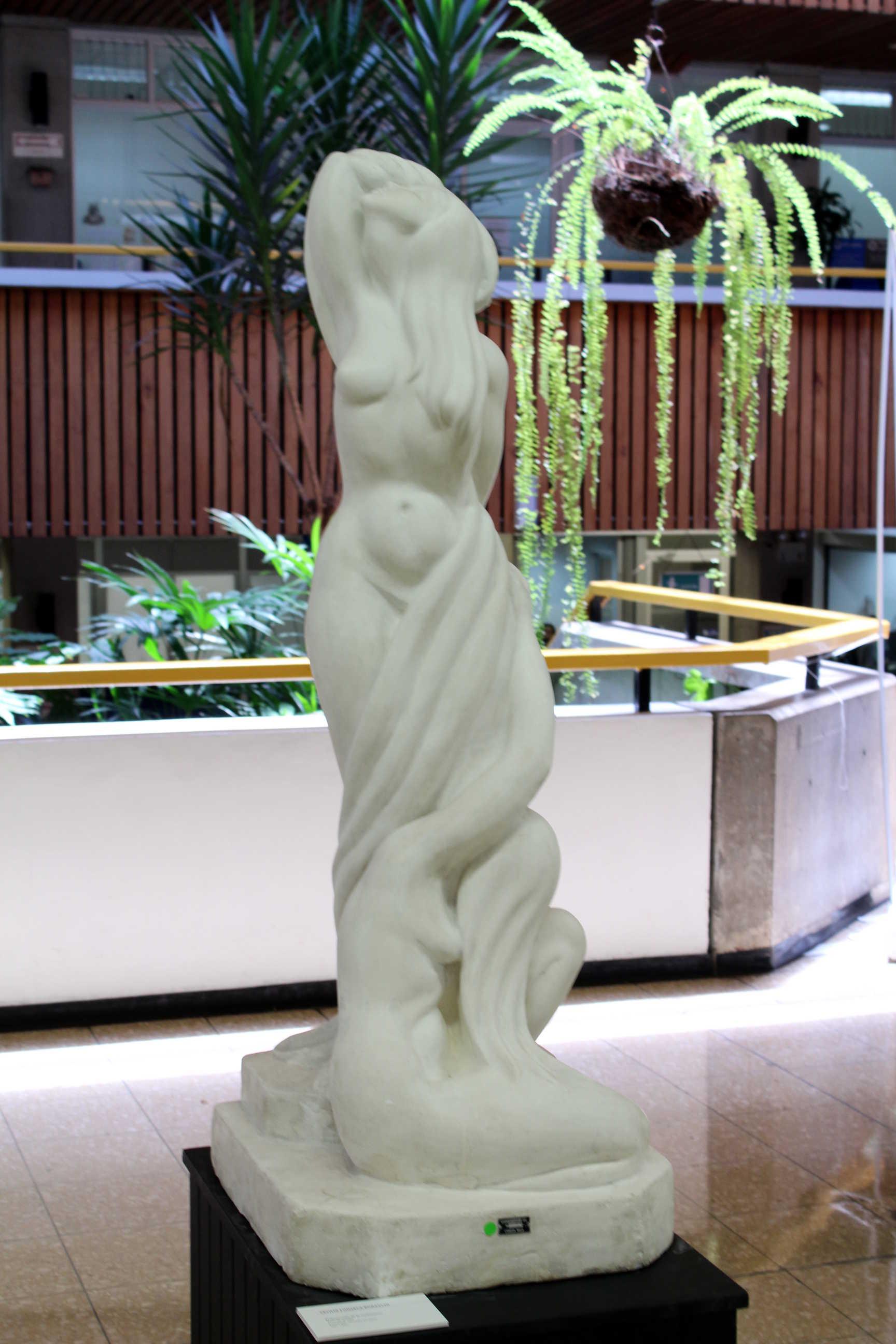 """Obra de Cecilia Fonseca Boraschi , llamada """"El desarrollo de la civilización"""" tesis de grado, escultura vaciada en yeso, año 1952. Fotografía: Adriana Araya."""