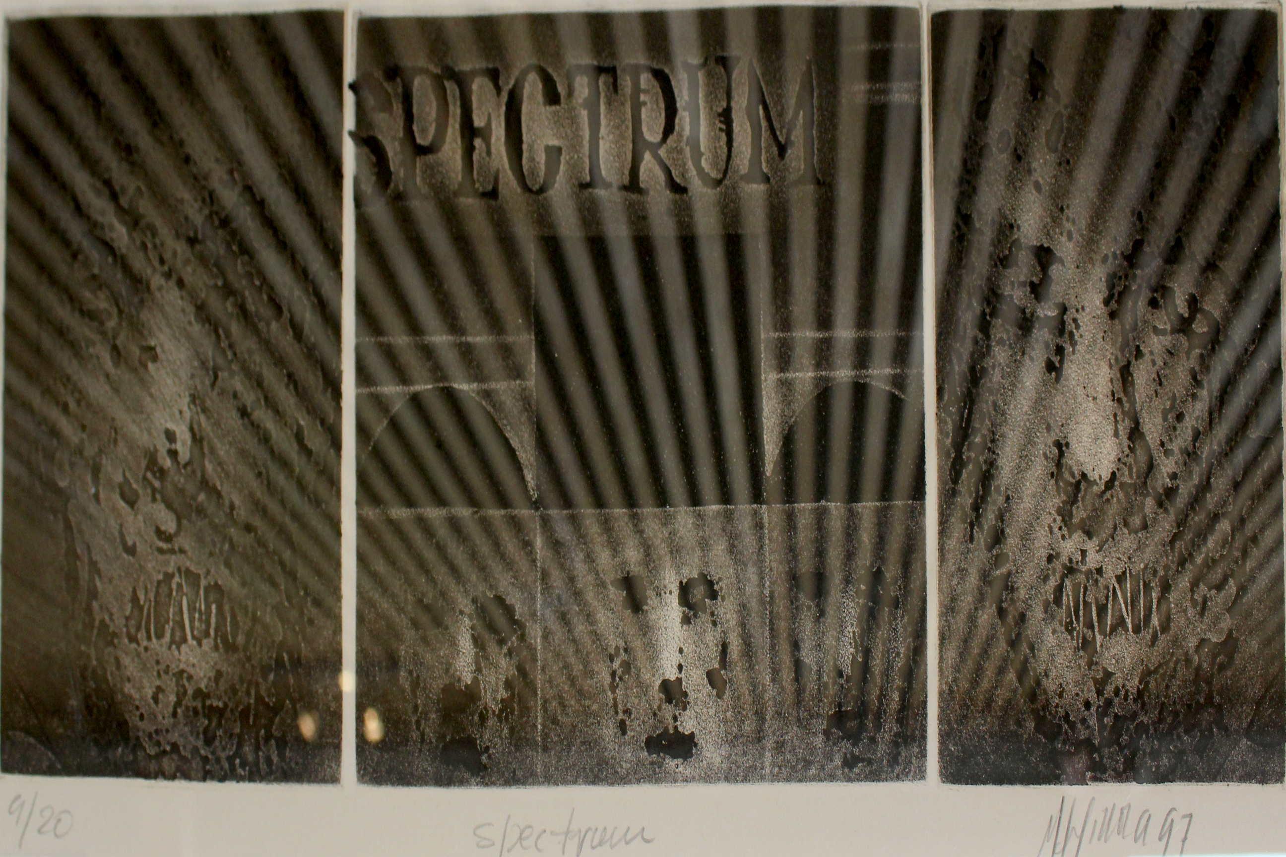 """Obra de Rudy Espinoza, titulada """"Espectrum"""", año 1977, grabado sobre metal. Fotografía: Adriana Araya."""
