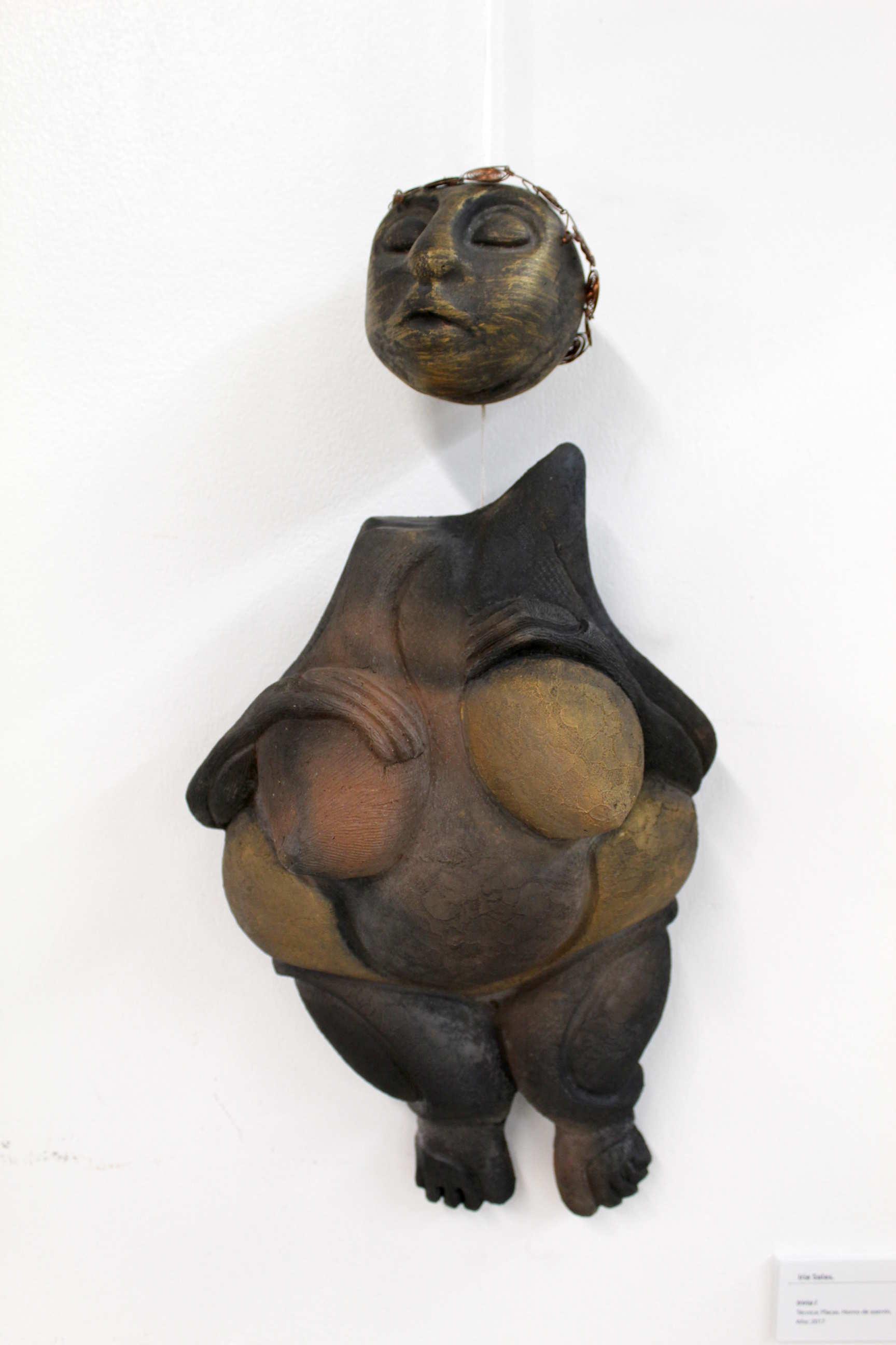 "Obra de Iria Salas, llamada ""Iriria I"", Técnica: Placas. Hornos de aserrín, año 2017. Fotografía: Adriana Araya."
