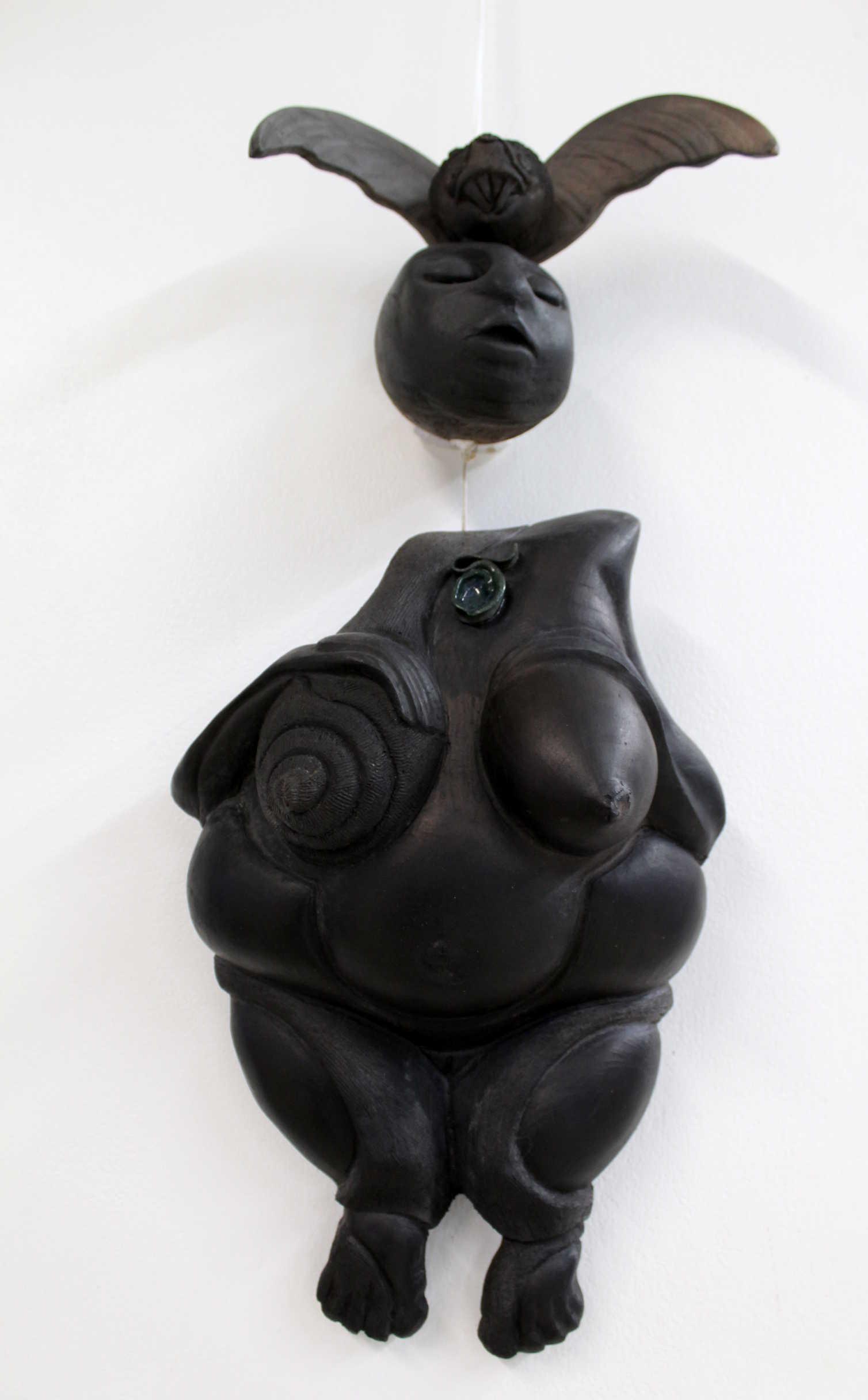 "Obra de Iria Salas, llamada "" Iriria II"" , Técnica: Placas. Hornos de aserrín, año 2017. Fotografía: Adriana Araya."