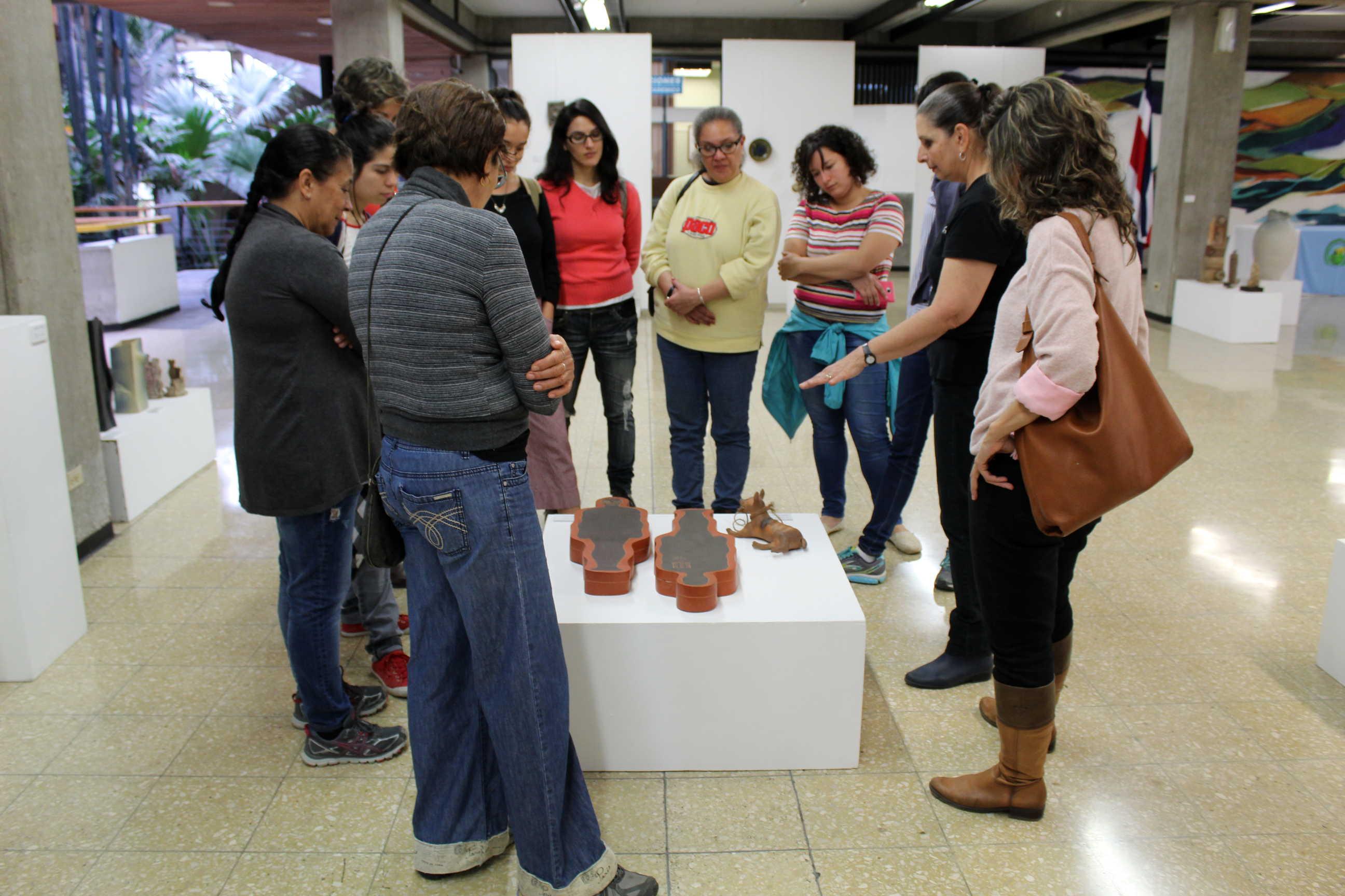 Exposición de cerámica para conmemorar el 120 aniversario de la fundación de la Escuela Nacional de Bellas Artes (1897), hoy Escuela de Artes Plásticas. Fotografía: Adriana Araya.