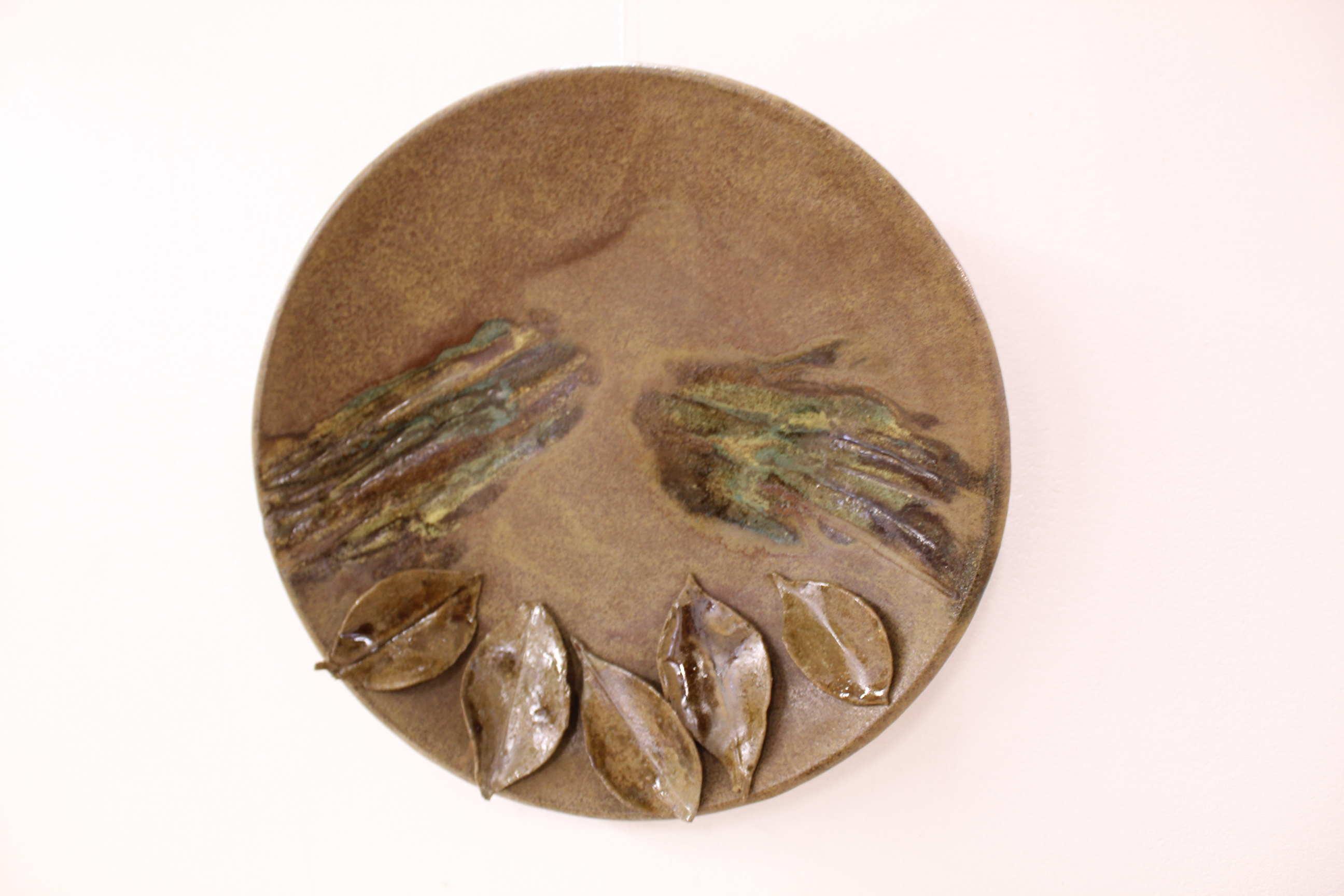 """Obra de Lucía Flores, llamada """"Cálido Verano"""", técnica utilizada torno, esmaltes y cenizas, año 2017. Fotografía: Adriana Araya."""