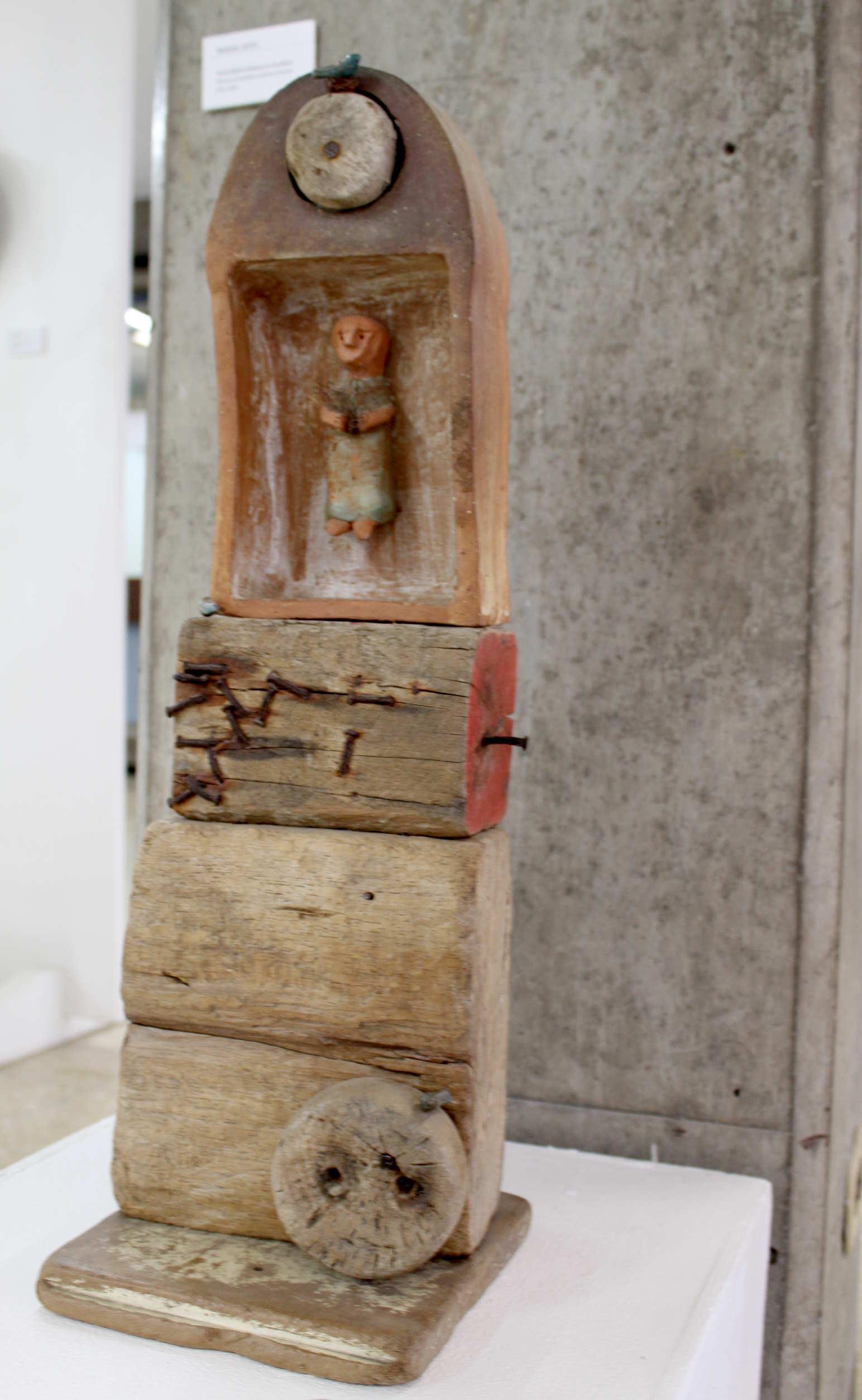 """Obra de Raquel Soto, llamada """"Donde duermen los abrazos"""", técnica utilizada ensamble madera y cerámica, año 2013. Fotografía: Adriana Araya."""