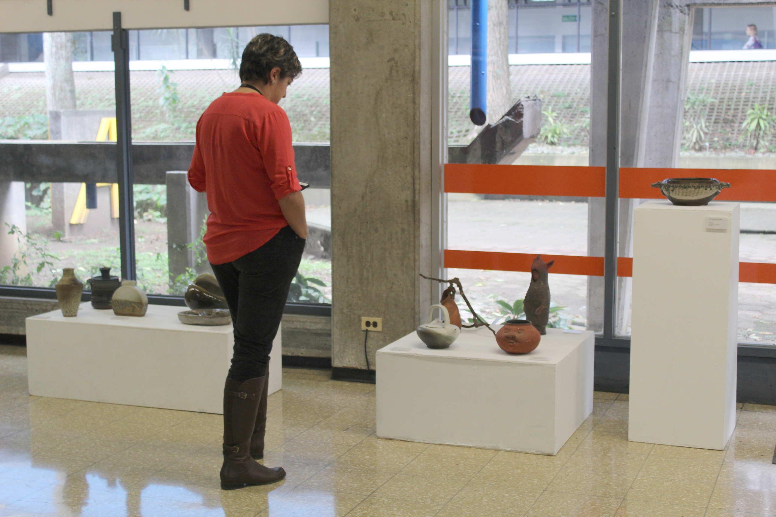La muestra comprende obras de 77 participantes. Fotografía: Adriana Araya