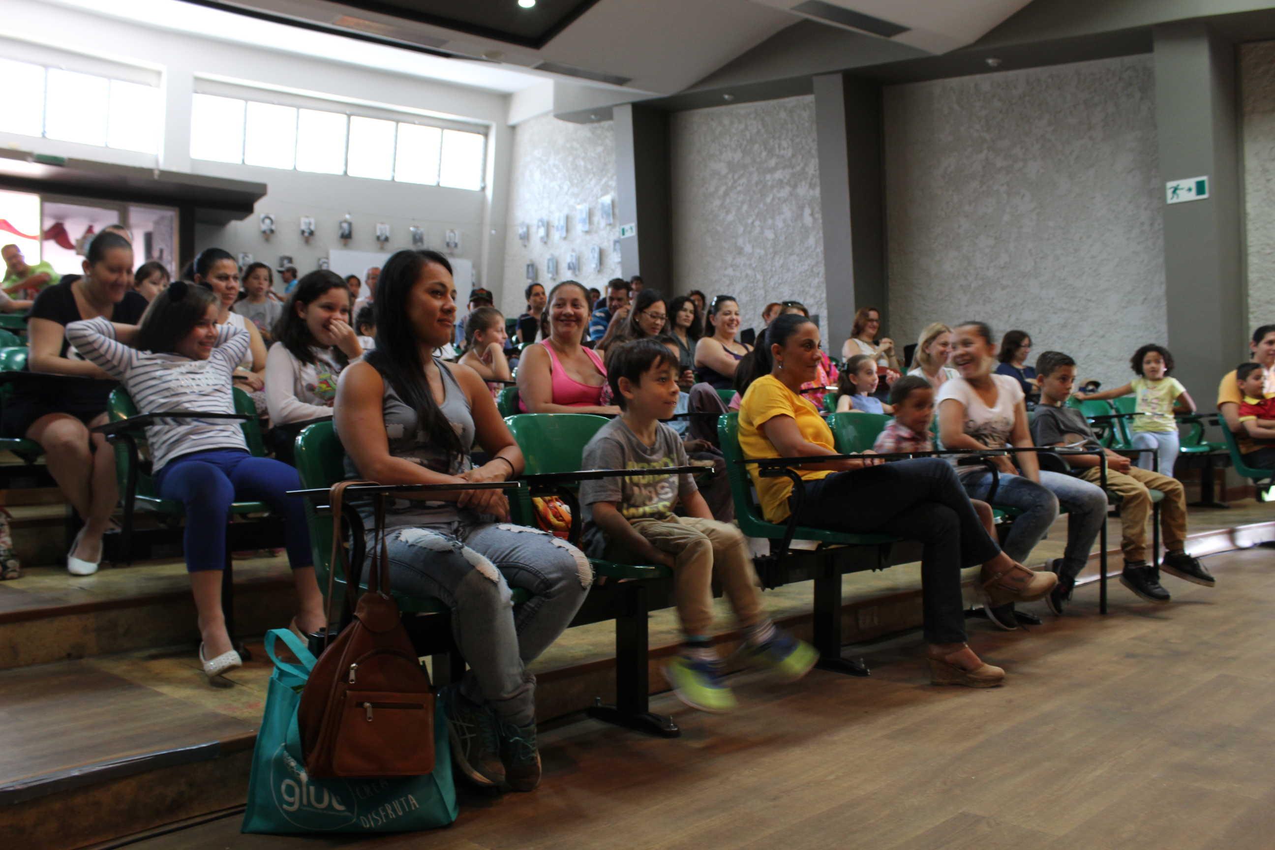 El auditorio de la Facultad de Educación se mantuvo lleno en todas las funciones de títeres que sucedieron a lo largo de este festival.