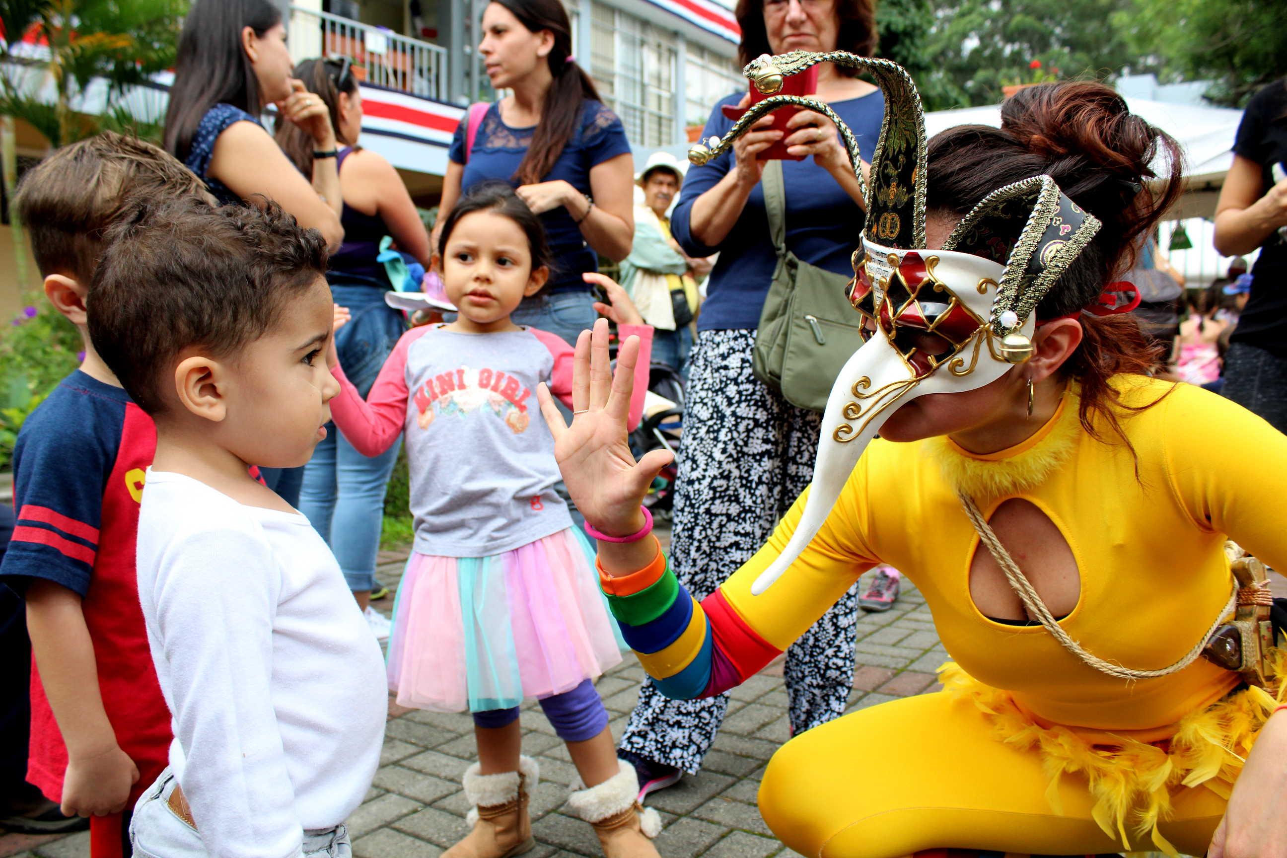 Los niños jugaron con los personajes del grupo de mimo de los Estudiantes de Artes Dramáticas.