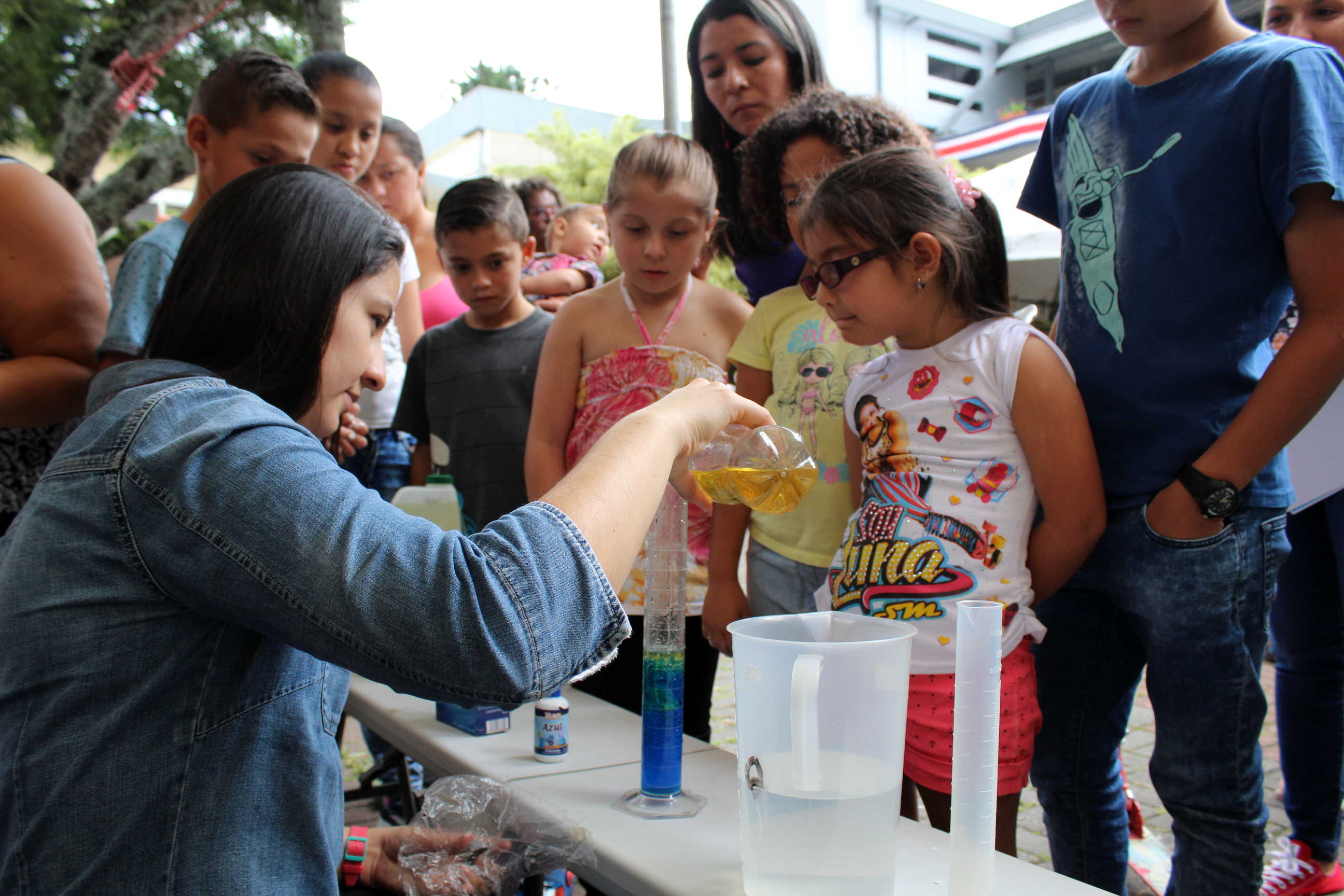 """Los niños asistentes a Títere-tandas también tuvieron la oportunidad de recibir talleres impartidos por el TCU """"Promoción de la Ciencia y Tecnología de alimentos"""", con diversos experimentos relacionados con este campo."""