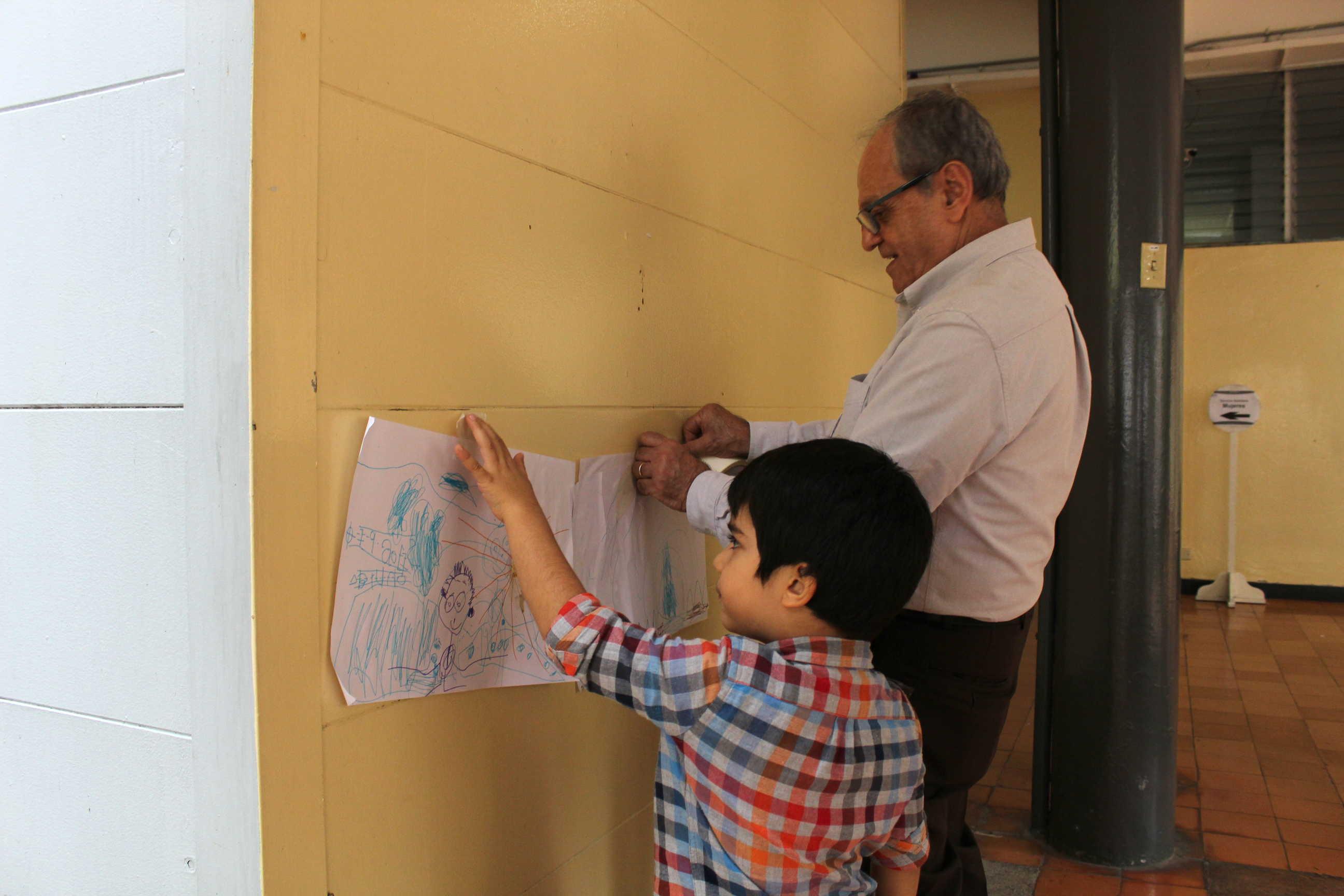 La niñez presente en este festival tuvo la oportunidad de participar de talleres de dibujo con el profesor Luis Paulino Delgado.