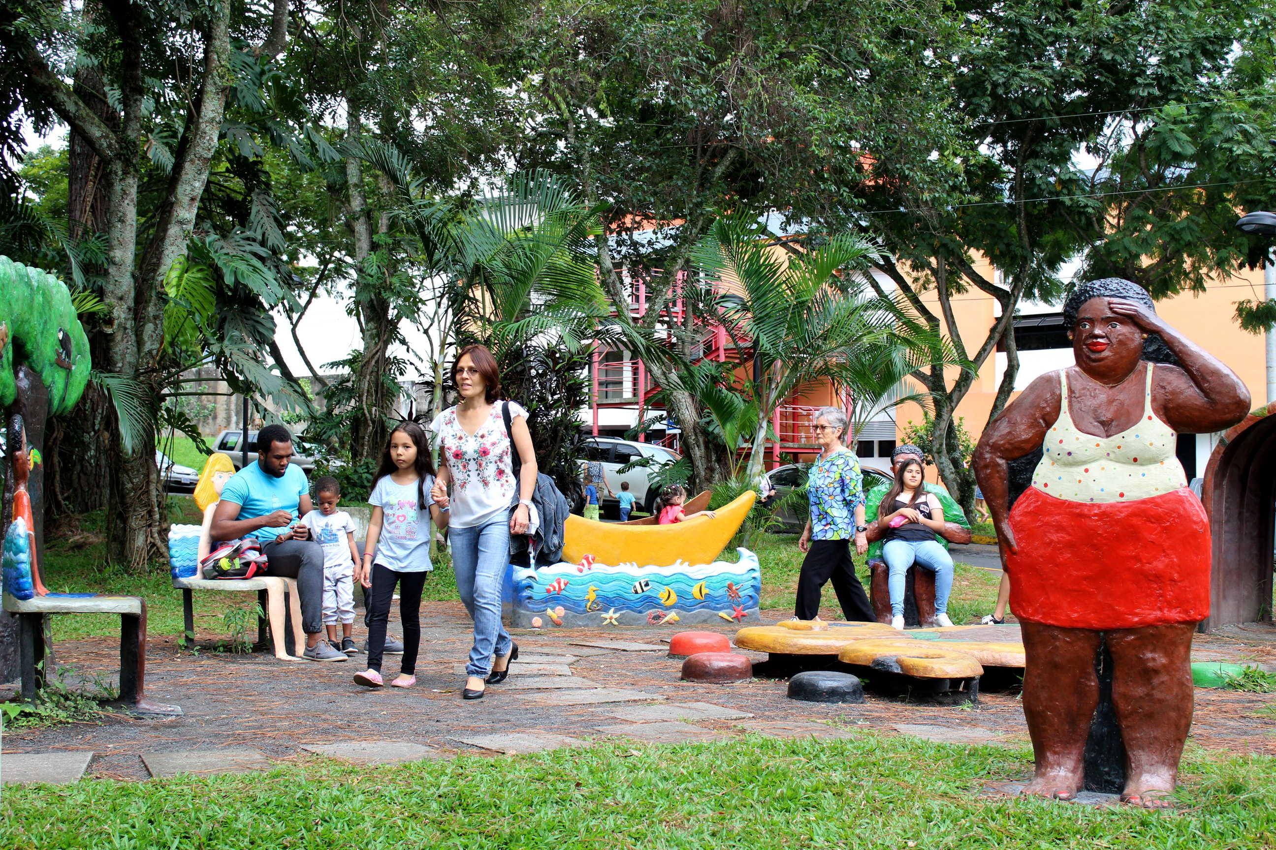 Decenas de familias disfrutaron un día del niño con el festival Títere-tandas, en las instalaciones y alrededores de la Facultad de Educación.