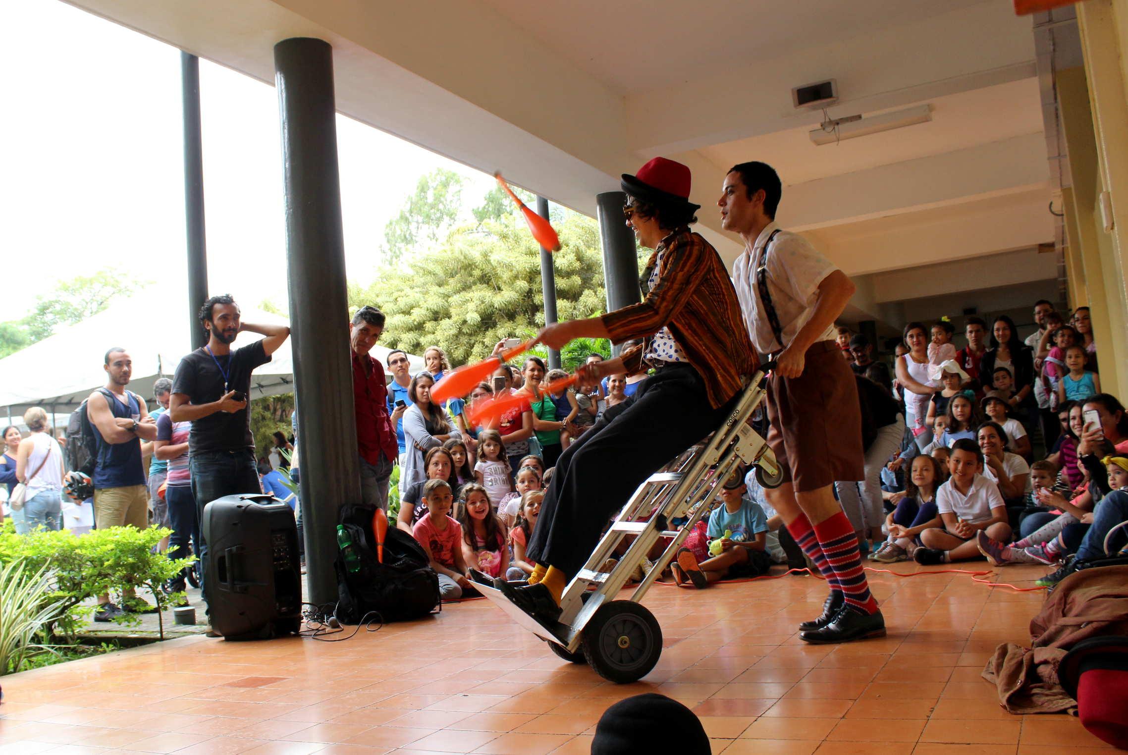 El grupo de circo La Gangarilla deleitó a los asistentes de Títere-tandas con su presentación de clown y malabares.