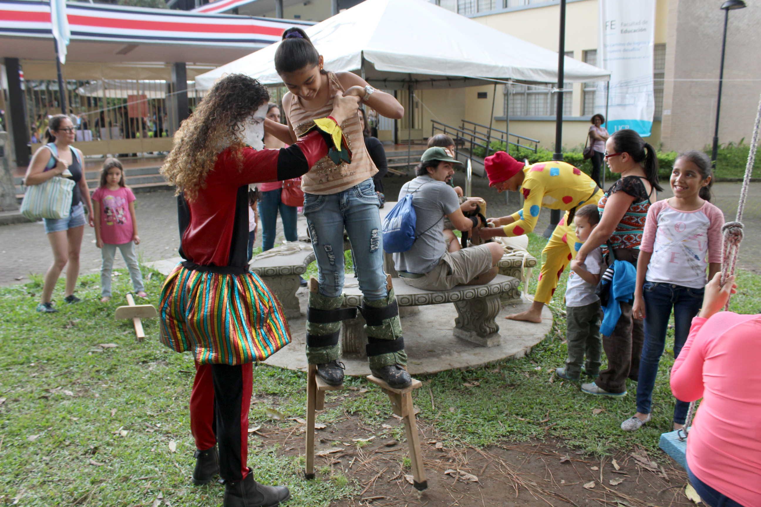 Talleres de zancos y malabares ocurrieron alrededor de los jardines de la Facultad de Educación en la celebración del Día del niño y ña niña, bajo el marco de la primera edición de Títere-tandas.