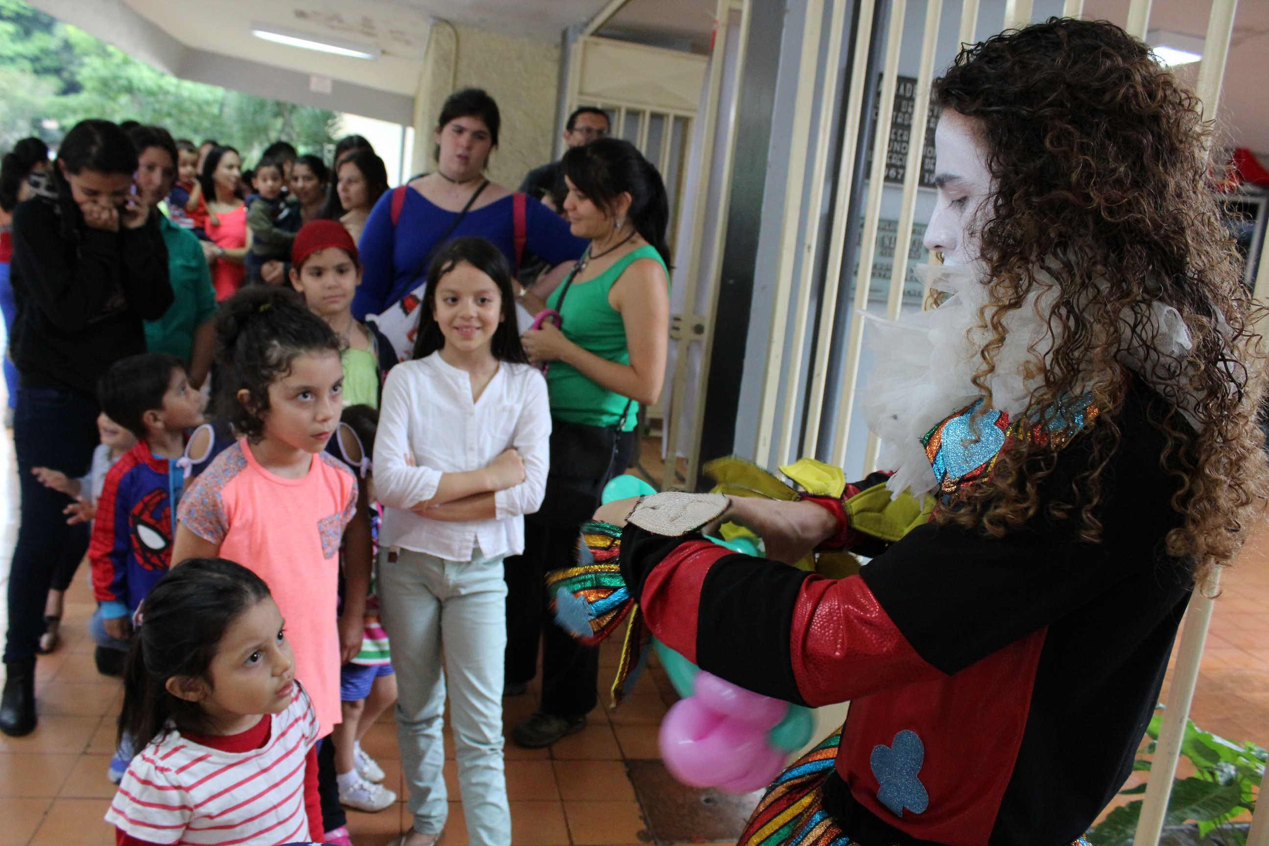 Se impartieron talleres de globoflexia a las niñas y los niños asistentes de Títere-tandas.