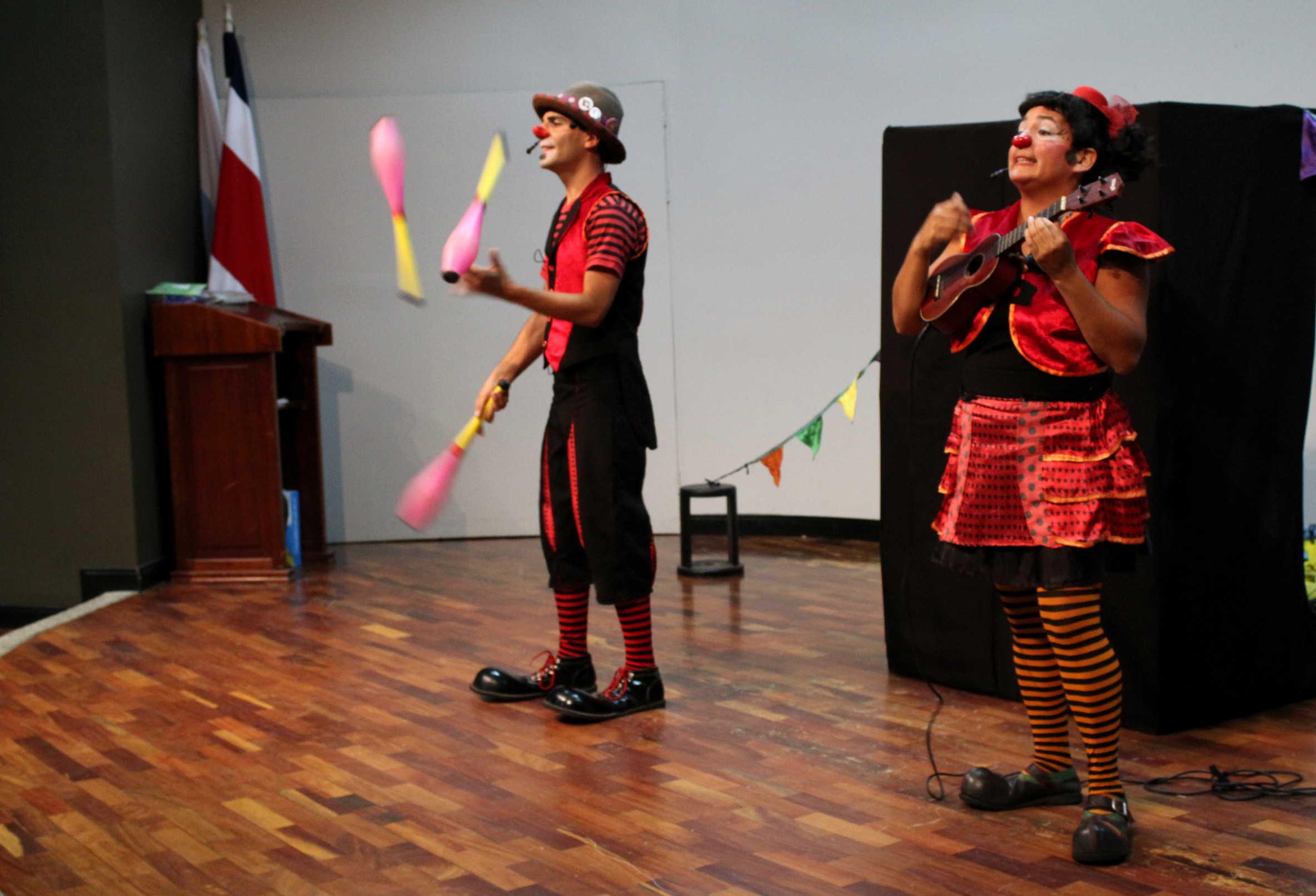 """La compañía de títeres Del Mate y circo presentaron la obra """"Dando la nota""""."""