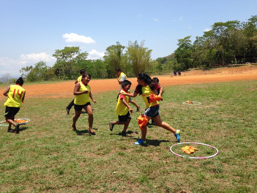 Se realizaron distintos juegos en los que participaron personas de la comunidad. Foto: Cecilia Romero.