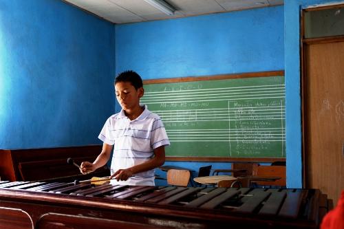 Niños aprenden a tocar instrumentos como la marimba