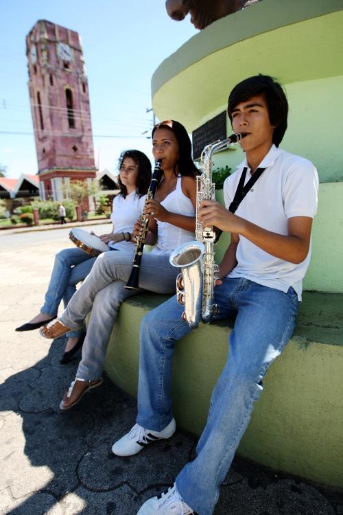 Jóvenes con instrumentos de percusión y viento