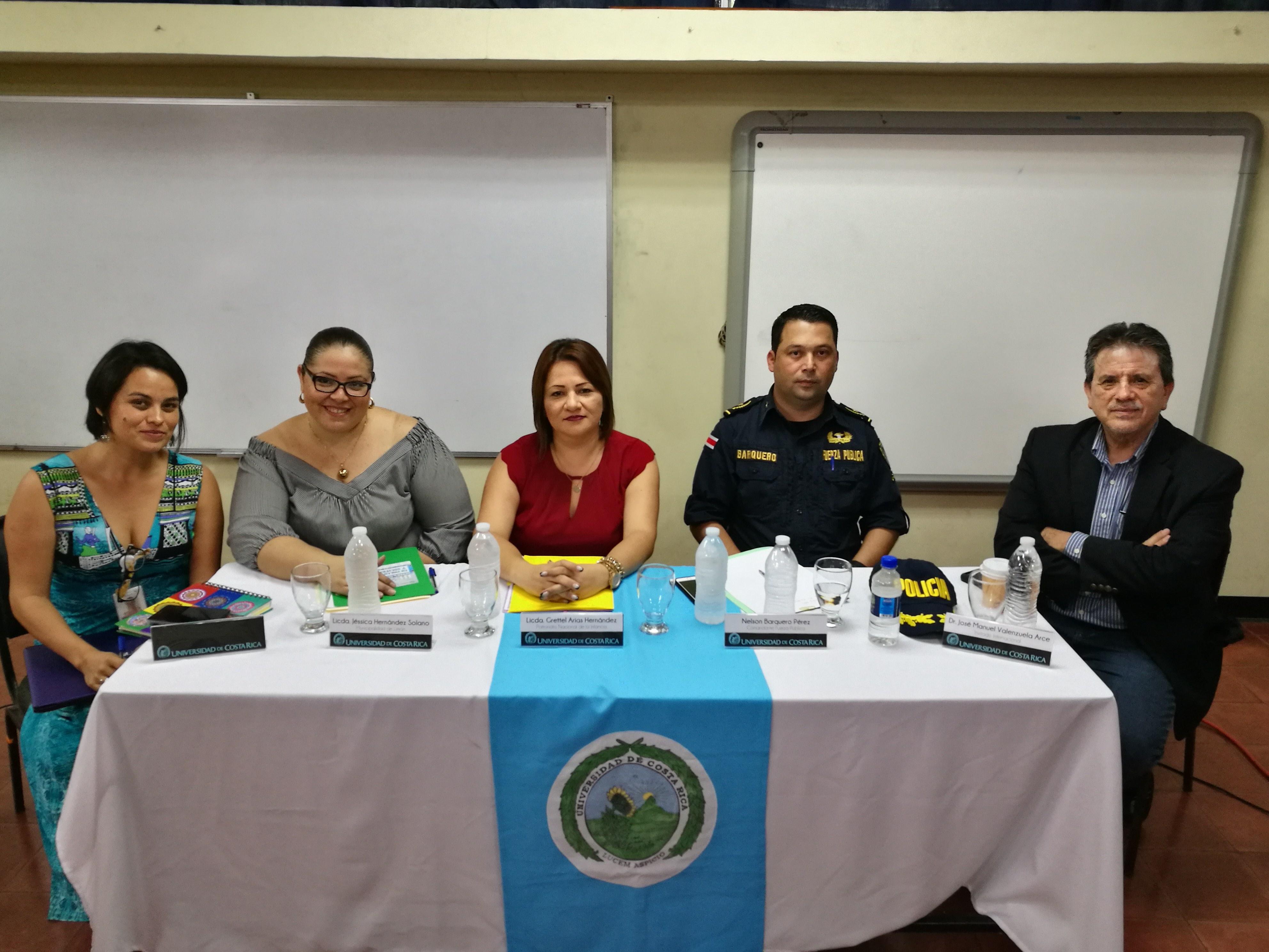 Representantes comunitarios participaron en la Sede Caribe en una mesa redonda sobre el tema de violencia y sociedad.