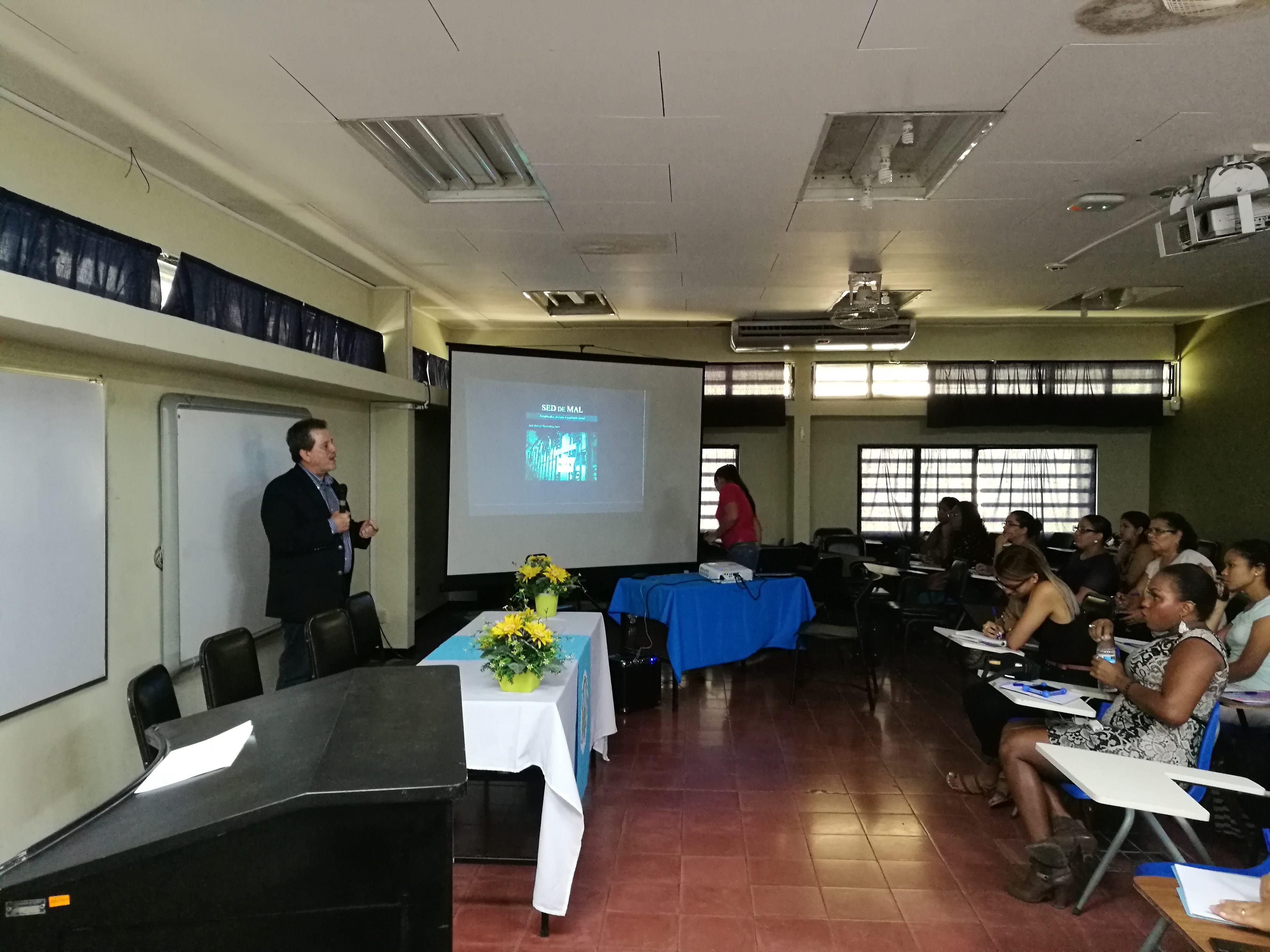"""El Dr. José Manuel Valenzuela, invitado internacional, expuso la conferencia """"Juventud y narcocultura"""" en la Sede Caribe."""